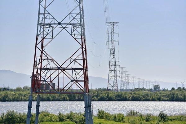 北海道電力は22日、建設を進めていた石狩火力幹線(写真)の使用前自主検査を完了し、運用を開始したと発表した。10月に1号機の総合試運転が始まる石狩湾新港発電所で発電した電力を、西当別変電所に送る重要な役割を果たす