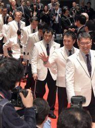 壮行会で入場する中部電力の吉川選手(右から2人目=26日、東京・虎ノ門)