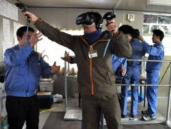 VRで作業台の危険を体験する受講者