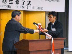 東海大学の山田学長(左)から修了証書を受け取る研修生