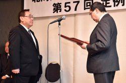 代表者に表彰状を授与する森会長(右)