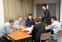 参加者は講師のアドバイスを受けながらグループワークに取り組んだ