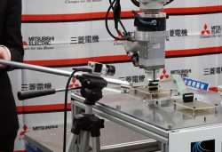 AIの制御により台が動いても正確に部品を取り付けるロボット