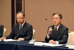 グループの一体経営推進を訴える佐竹社長(右。左や矢萩会長