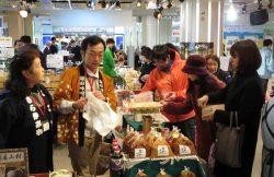 石巻別街道の特産品を求める客でにぎわった物産展