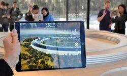 タブレット端末の画面上にAR機能で表示されるアップル本社敷地の様子