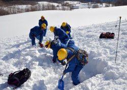 様々な安全装備を駆使して遭難者捜索・救助訓練に取り組んだ