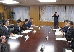 世耕経産相(右)に要請次項を伝えるむつ市の宮下市長(左から2人目=14日、東京・霞が関)