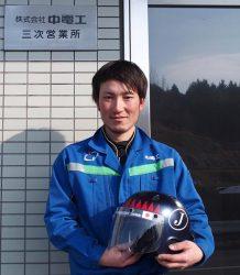 日本代表に選出された長谷川さん。持っているのは代表チームのヘルメット