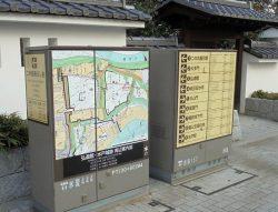 三の丸地区の地上機器に掲示された観光案内広告