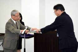 受賞者に表彰状を贈る瓜生社長(左)