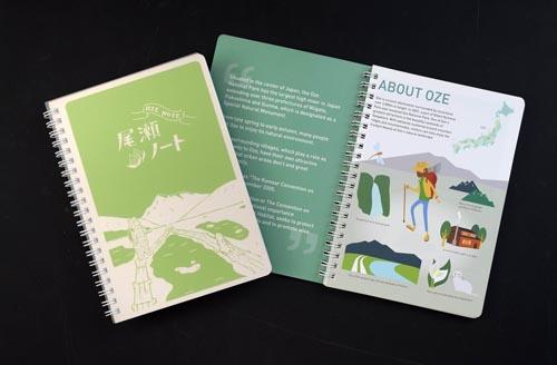 木道を再利用した「尾瀬ノート」(左が日本語版、右は英語版)