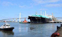 建設中のLNG1号機用燃料を積み着桟した「セリ・アマナ」号