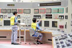 23日午前11時に中央制御室の運転員が引き抜き操作を開始した(代表撮影)