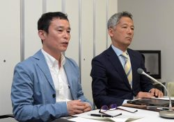 会見する新会社の妹尾代表取締役(左)。右は東電HDの見學常務執行役(29日、東京・大手町)