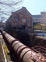 第2期発電所(奥)と水圧鉄管