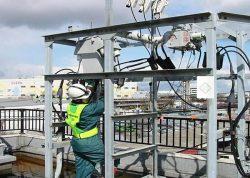 被災した電気設備の応急対応を行う職員。震災直後の実態確認作業には延べ4200人が動員された