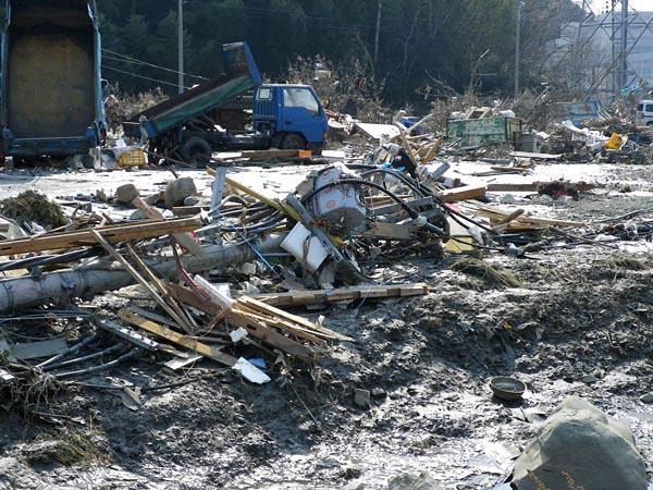津波により倒壊した電柱。被害のすさまじさを物語る(11年3月13日、気仙沼市)
