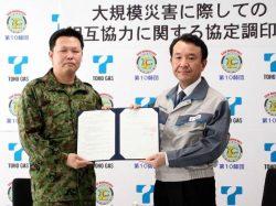 協定書に調印した東邦ガス・井上(右)、陸自・坂本の両氏