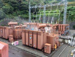 無人化に伴い27万5000V変圧器周辺に固定消火装置を設置した(放水試験の様子)