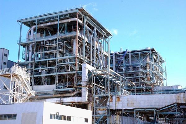 営業運転を再開する新仙台火力1号機のボイラー建屋(手前)