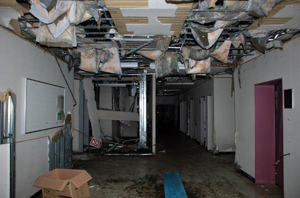 津波で大きな被害を受けた仙台火力発電所の事務棟1階