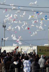 犠牲者への思いを書き込んだ風船が空に放たれた