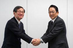 契約締結後握手を交わすKS-SOLの山元社長(左)とPBCの小林社長