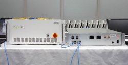 試作した暗号通信装置の本体(左)。右はノイズ発生器