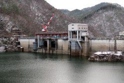洪水吐きゲートの取り換え工事が進む王泊ダム