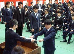 福島所長(左)から養成員一人一人に修了証書が手渡された