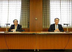 会議に臨む苅田会長(左)と清水社長(22日、中国電力本社)