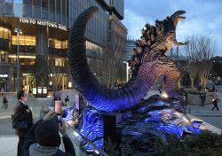日比谷シャンテ前に登場したゴジラ像(東京・有楽町)