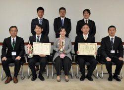 部門幹部とグランプリ受賞者。中央が中人部長