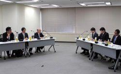 原子力事業者(左側)と規制委の間で行われた意見交換