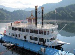 300人乗りの遊覧船「ファンタジア」号。夏休みは「こども船長体験」も開催している