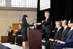 新入社員に辞令を交付する中部電力の勝野社長(2日、中部電力人材開発センター)