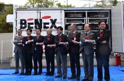 新型リユース蓄電池システムを前に握手を交わす関係者ら。左から3人目が日本ベネックスの小林社長