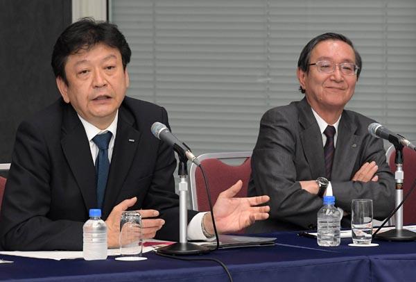 東京電力ホールディングス(HD)とNTTは18日、電力とICTを融合した基盤サービスの開拓を目的とした業務提携で合意したと発表した。写真は、会見する東電HDの小早川智明社長(左)とNTTの鵜浦博夫社長(東京・大手町)