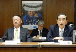 グループ大でのコスト低減の重要性を強調する苅田会長(右。左は清水社長)