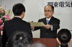 新入職員に辞令を交付する関東保安強の山口理事長(右)