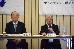 「財務目標を『必達目標』として取り組んでもらいたい」を強調する瓜生社長(右)。左は貫会長(4日、九州電力本店)