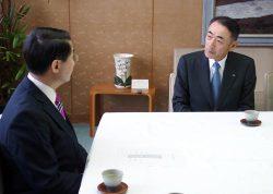 3号機の概要説明を実施したい意向を平井知事(左)に伝える清水社長