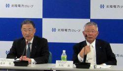 グループ各社のトップと経営課題について意見を交わす久和会長(右)と金井社長