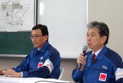 記者会見する小野氏(右)と磯貝氏