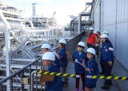発電所の設備を見学する子どもたち