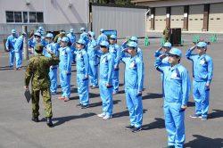 陸上自衛官の指導の下、団体行動を学ぶ新入社員