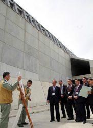 防波堤を前に説明を受ける議員団(右)