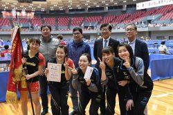 団体優勝を果たした中国電力女子卓球部のメンバー(ニッタクニュース提供)