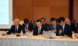 専門家の意見聴取に先立ち、九州電力が上記漏れの推定原因と対策などを説明した(写真左が山元取締役)